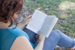 Lorea Espada leyendo libro de diseño.