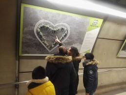 panel familia de exposición Aspanovas metro bilbao